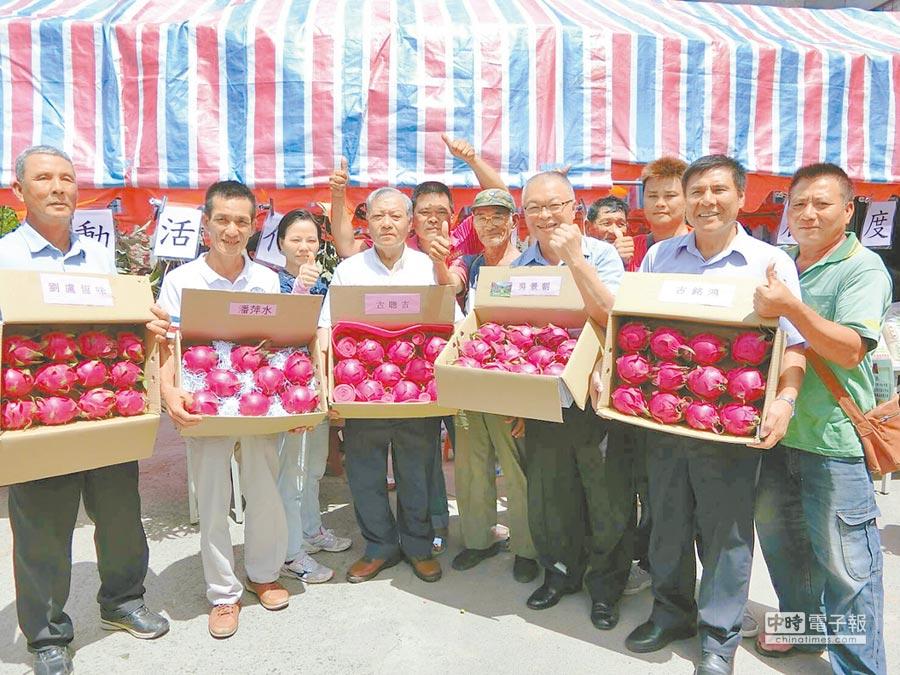 屏東滿州鄉總動員,大力推銷每年帶來1億2000萬元產值的紅龍果。(周綾昀攝)
