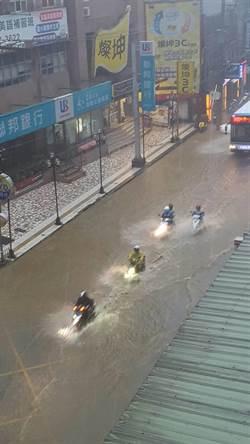 新店區一級淹水警戒 安康路積水無法通行