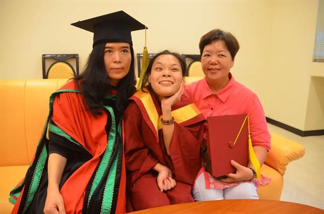 鄭惠芬(中)在媽媽(右)陪同下,開心參加畢業典禮。(呂妍庭攝)