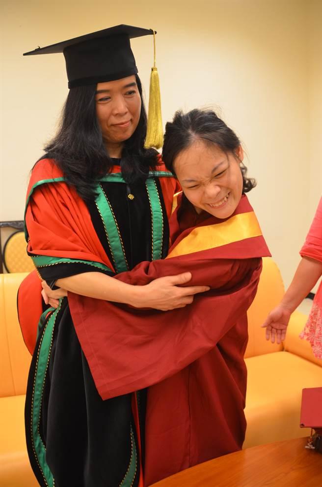 為感謝稻江提供工作,鄭惠芬給校長張淑中大大擁抱。(呂妍庭攝)
