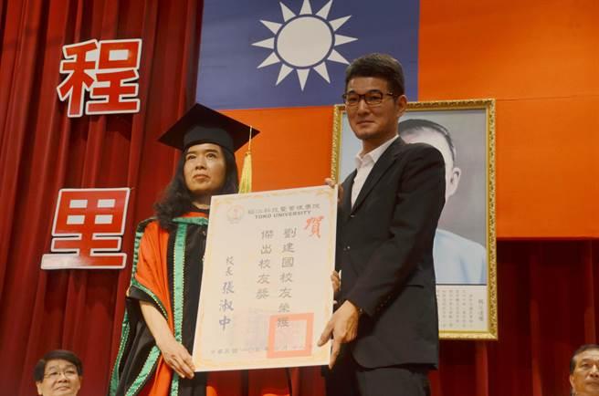 立委劉建國獲頒稻江傑出校友獎。(呂妍庭攝)
