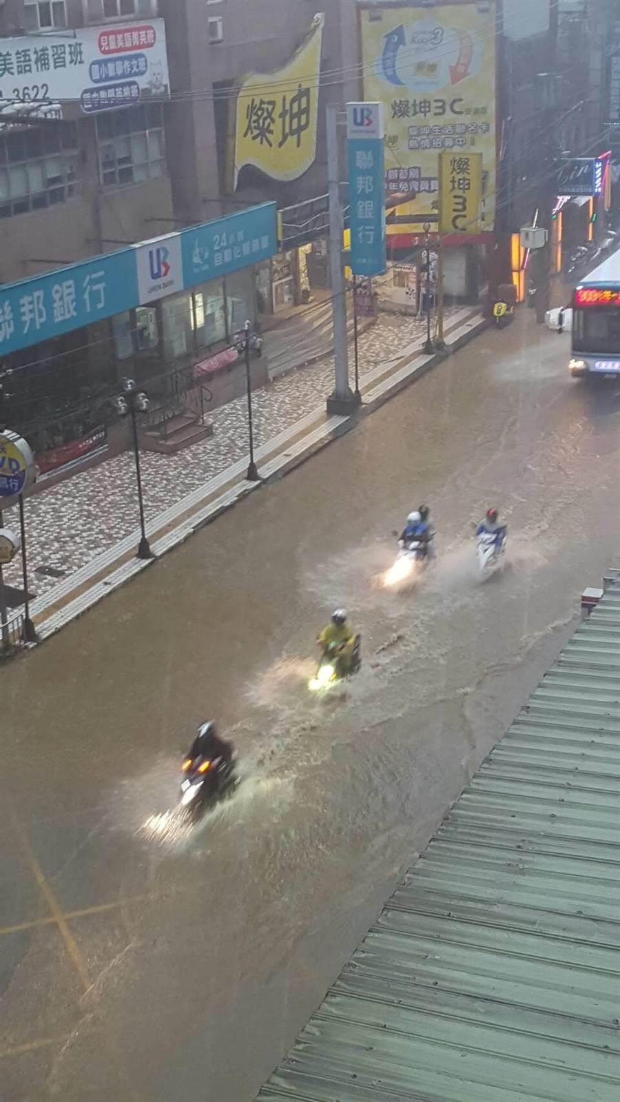新北市午後突然大雨狂瀉,新店區安康路二段目前淹水10至20公分,雙向無法通行。(廖智怡翻攝)