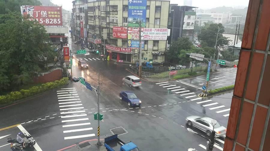 新北市新店區安康路口一度因雨勢過大積水10至20公分,15時32分積水漸退,車輛恢復通行。(廖智怡翻攝)