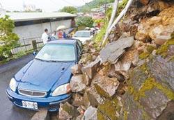 北市土石砸車 新店水淹20公分