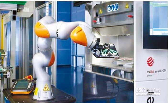 德國機械製造商Arburg使用庫卡智慧型工業機器人LBR iiwa,將射出成型與積層製造結合。圖/業者提供