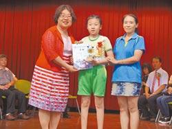 輪椅小鬥士畢業 堅持走上台領獎