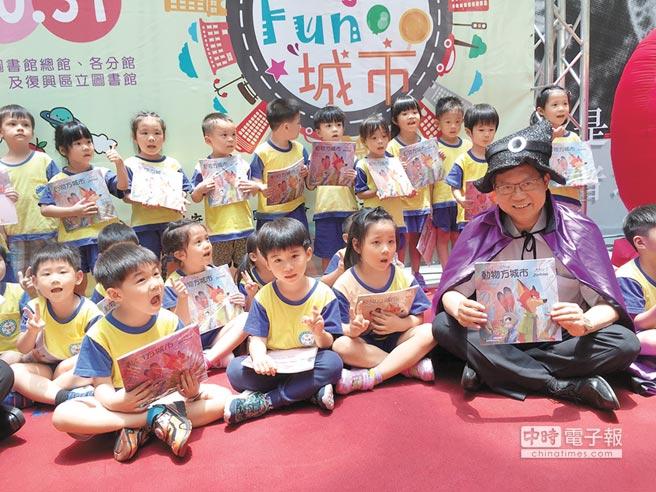 今開放報名鄭文燦20日化身魔術師帶動小朋友閱讀,並宣布全桃園13區34間圖書館共85個閱讀扎根活動正式啟動開放報名。(蔡依珍攝)