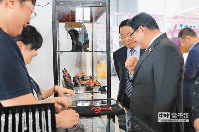 6月20日,台商考察團至青洽會,參觀台灣商品展區的紅珊瑚飾品。(記者勵心如攝)