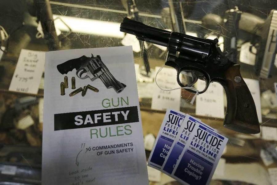 科羅拉多州蒙特羅斯市一間店販賣的槍枝。(美聯社)