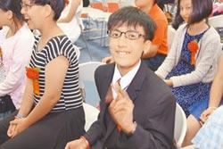 生命小鬥士 患「馬凡氏症」姚泓宇畢業了 當盲父的眼