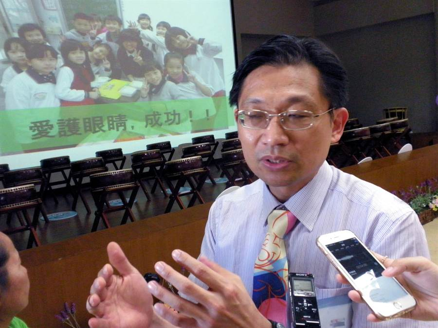 高雄長庚醫院眼科主任吳佩昌說,近視是不歸路,且是無法治癒的病。(李義攝)