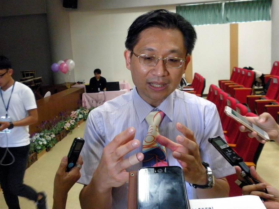 高雄長庚醫院眼科主任吳佩昌說,近視會合併許多併發症導致失明。(李義攝)