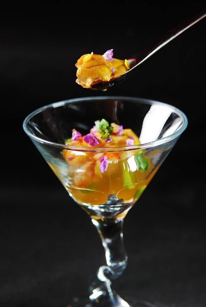 用日本九州赤海膽做的〈海膽晶凍〉,球形晶凍內除有海膽外,還有蝦子與蘆筍。(圖/姚舜攝)