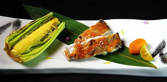 「太刀魚」就是白帶魚,〈子元〉料理長許靖德以「酒盜燒」手法烹調料理這美味食材。(圖/姚舜攝)