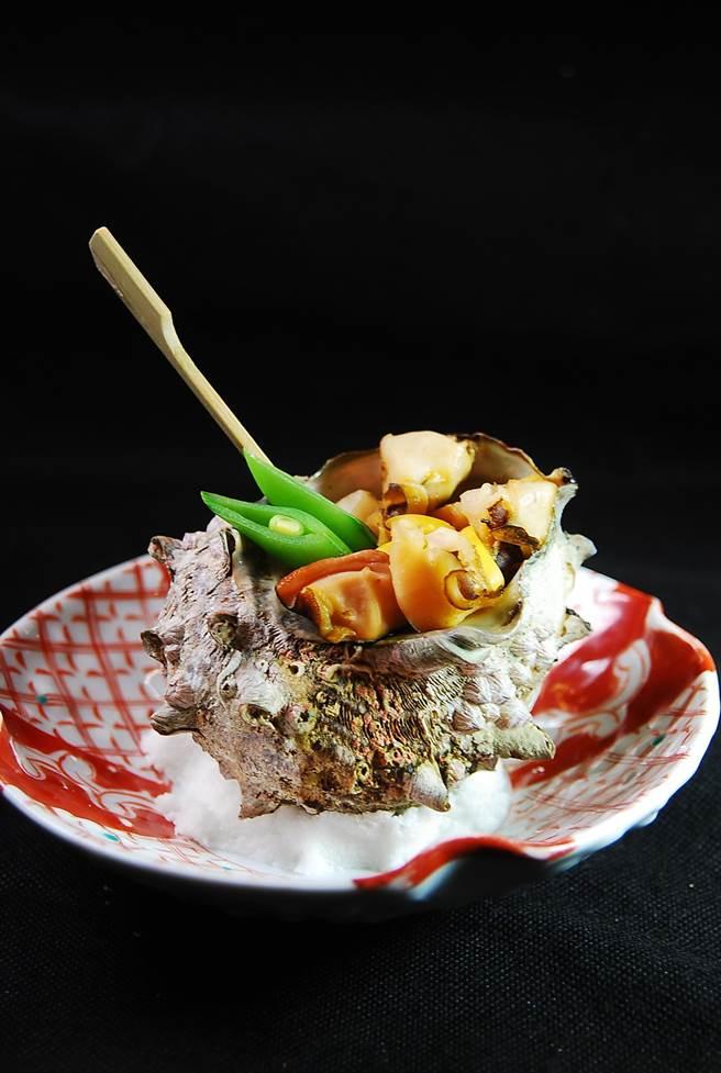 「壺燒」意指用如海螺等貝類海鮮的殼為容器烹調料理,〈子元〉本季新菜可吃到〈蠑螺壺燒〉。(圖/姚舜攝)