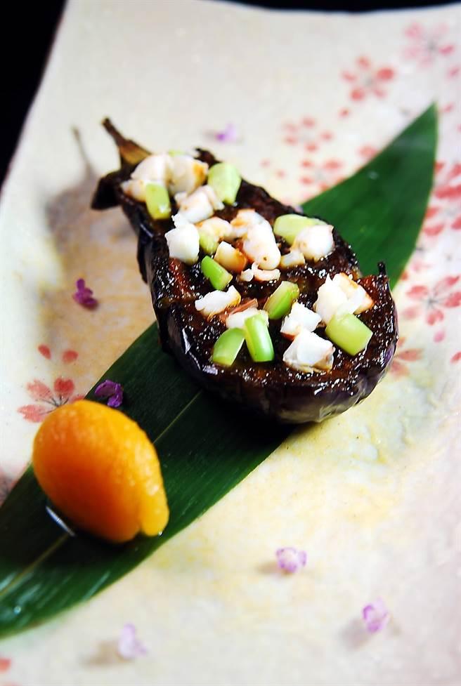 表面置有蝦子的〈茄子味噌〉,是以類似「田樂燒」的手法賦味,茄肉綿密細致、味道香濃。(圖/姚舜攝)