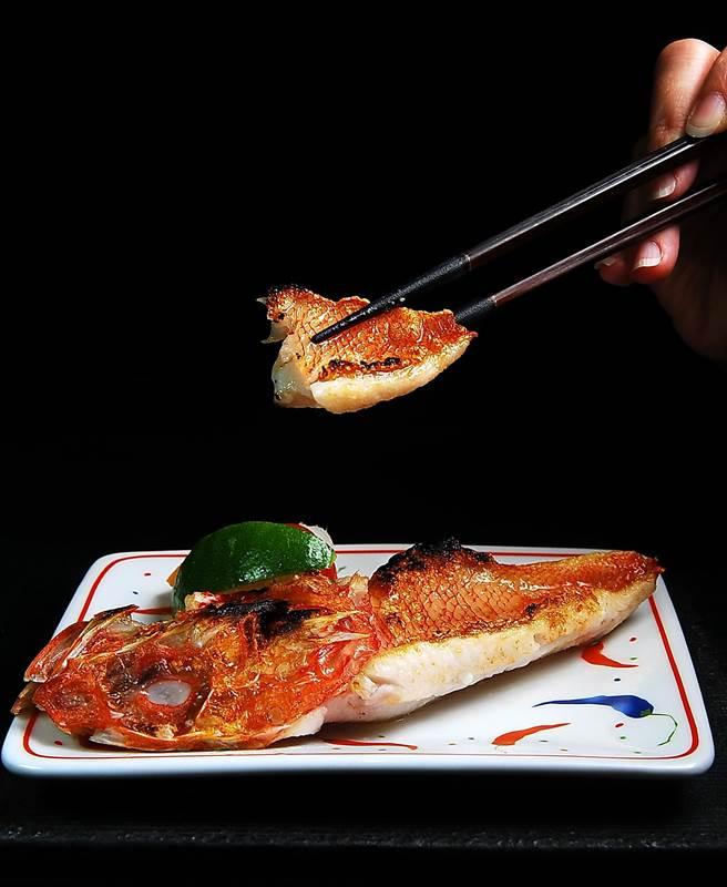 油脂豐厚、肉質細嫩的〈喜之次〉(Kinki)是日本食饕眼中的「深海魚王」,不需用什麼特別的方式烹調,只要炭烤就很美味。(圖/姚舜攝)