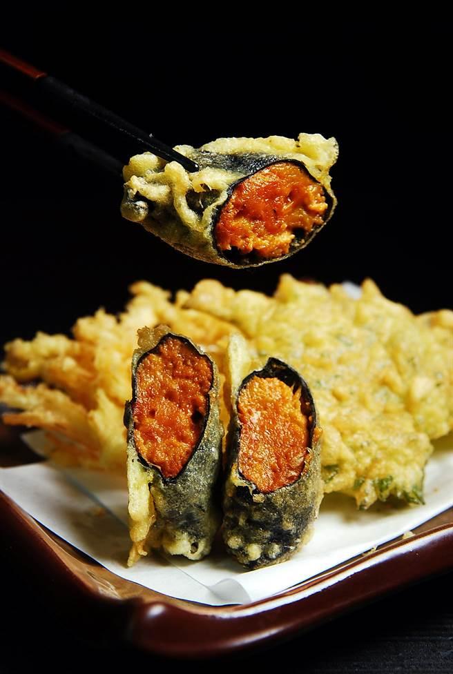 山丰〉的炸物多樣,圖中為〈酥炸海苔海膽卷〉,外層酥香脆,海膽經加熱後甜味更集中。(圖/姚舜攝)