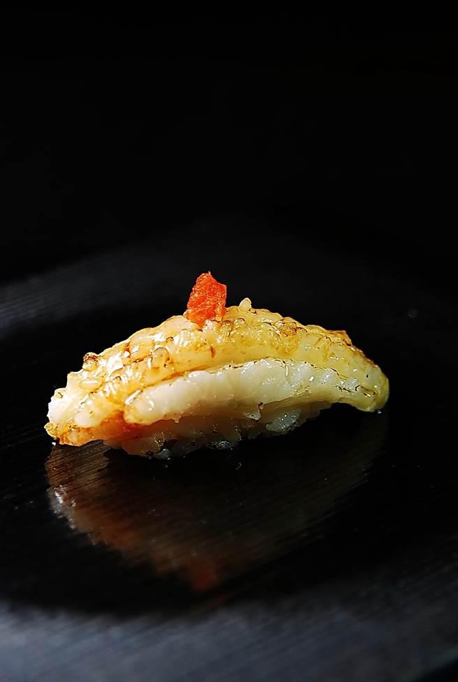 王平飛捏的握壽司形秀雅,圖為〈比目魚鮨邊肉握壽司〉。(圖/姚舜攝)
