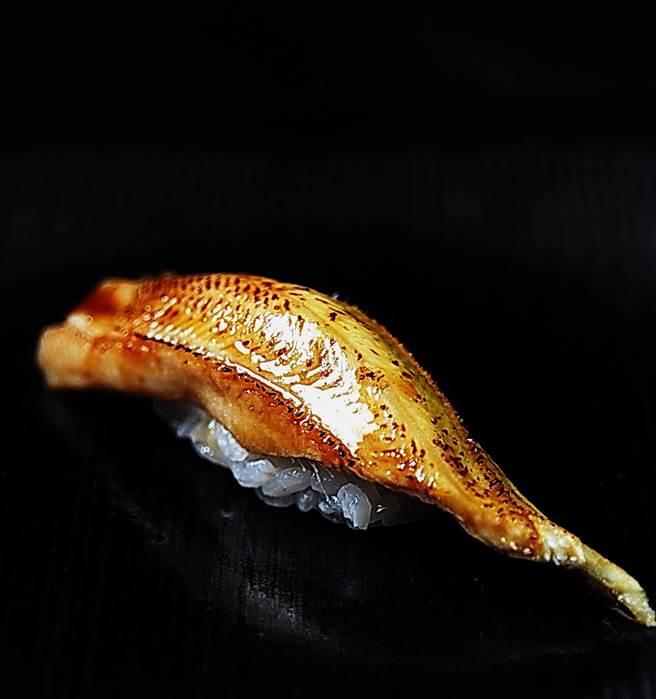 用日本人口中「穴子」做的星鰻握壽司,肉質細致、調味到位。(圖/姚舜攝)