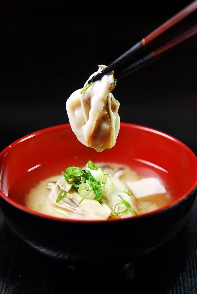 〈兵庫生蠔味噌湯〉的鮮蠔味道鮮甜,王平飛煮味噌湯時還加了一點胡麻醬增加香味。(圖/姚舜攝)