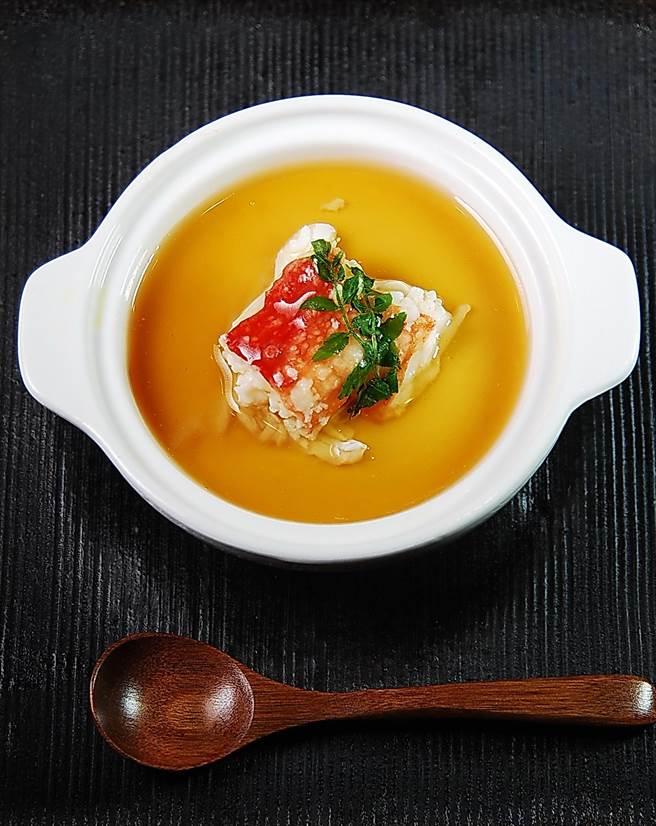 〈鱈場蟹蒸蛋〉因有蟹肉加持故味道更鮮,王平飛並在蒸蛋的出汁中加了少許葛粉,故蒸熟後表面有一層薄薄的醬汁凍。(圖/姚舜攝)