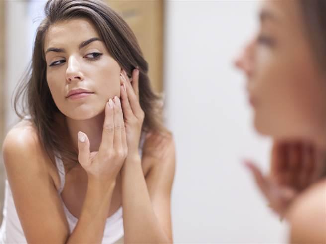 由皮膚科黃柏翰醫師為我們一一解答,哪些情形會讓酒糟性皮膚炎反覆發作甚至越來越惡化呢?圖片來源:健康365
