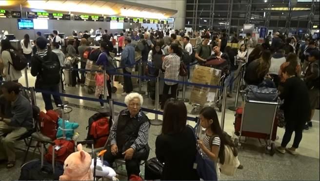 圖為洛杉磯國際機場的出境大廳。(中央社)