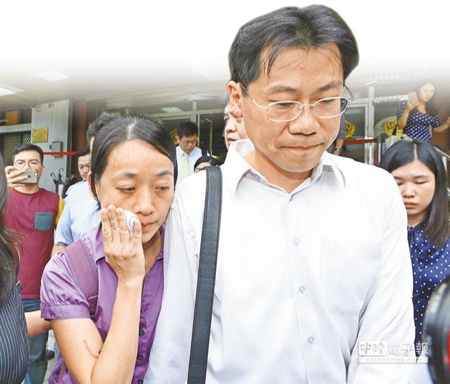 受害家屬小燈泡的母親王婉諭(左)與父親劉大經(右)出庭旁聽,小燈泡母親在離開法庭時,不斷拭淚。(張鎧乙攝)