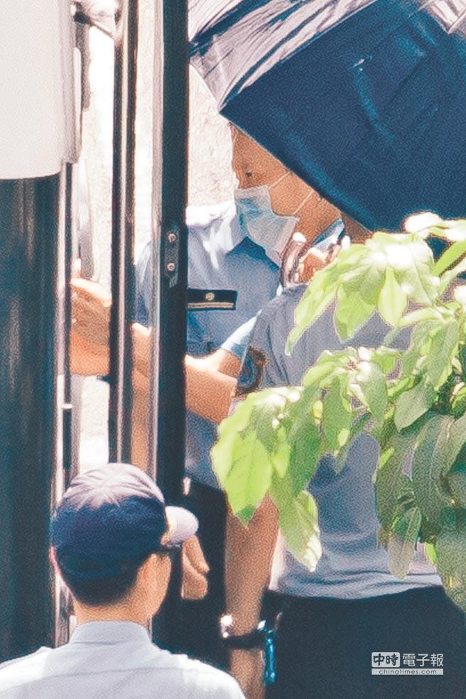 台北內湖區劉姓女童「小燈泡」遭割頭案,士林地方法院23日首度開庭,提訊凶手王景玉,王上車時帶著口罩。(郭吉銓攝)