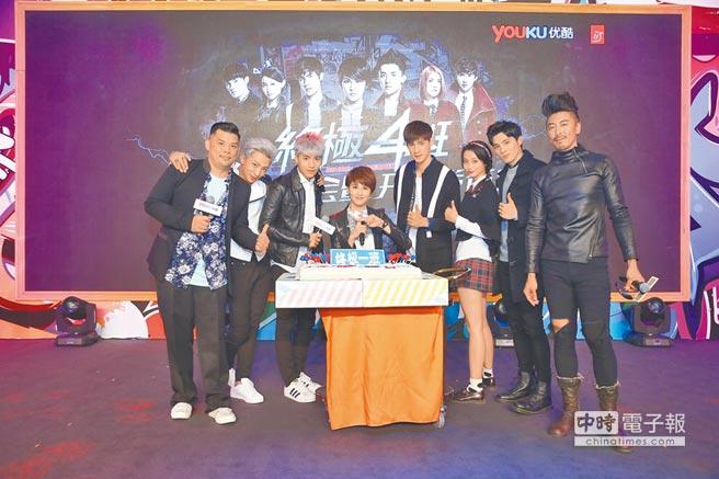 金寶三(左起)、明杰、子閎、曾沛慈、宏正、文雨非、偉晉及那維勳昨慶祝《終極一班》系列10周年。