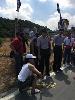 台灣民政府龜山會館遭撒冥紙抗議
