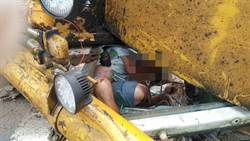 木材堆上重心不穩翻覆 挖土車司機一度受困