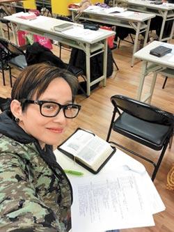 半百拚給兒子看 李明依苦讀4年 神學院畢業