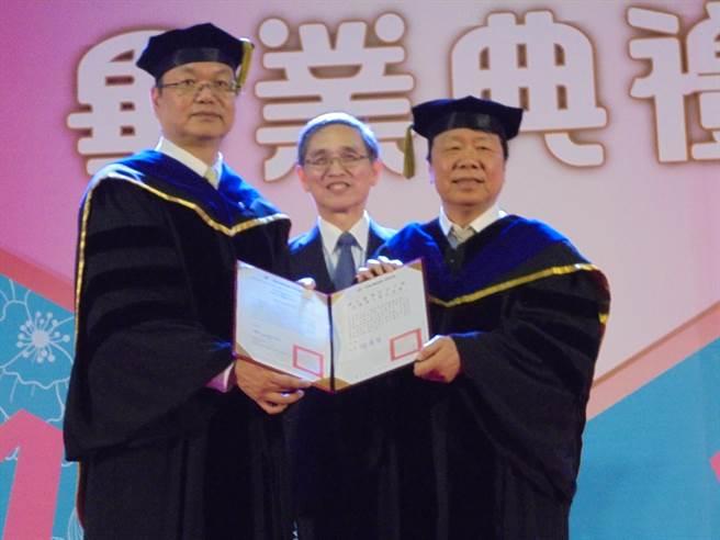 友嘉集團總裁朱志洋(右)今日在前經濟部長施顏祥見證下,獲台灣科技大學校長廖慶榮頒發名譽博士學位。(沈美幸攝)