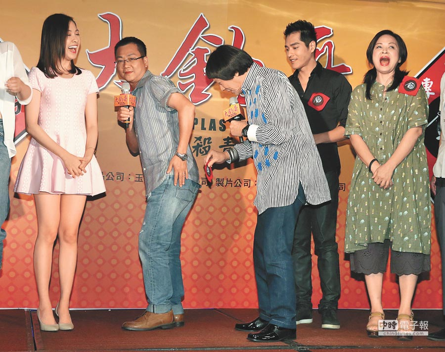 豬哥亮(右三)昨搞笑拿起《大釣哥》貼紙往導演黃朝亮(左二)屁股上貼,讓林玟誼(左)一旁哈哈大笑。(粘耿豪攝)