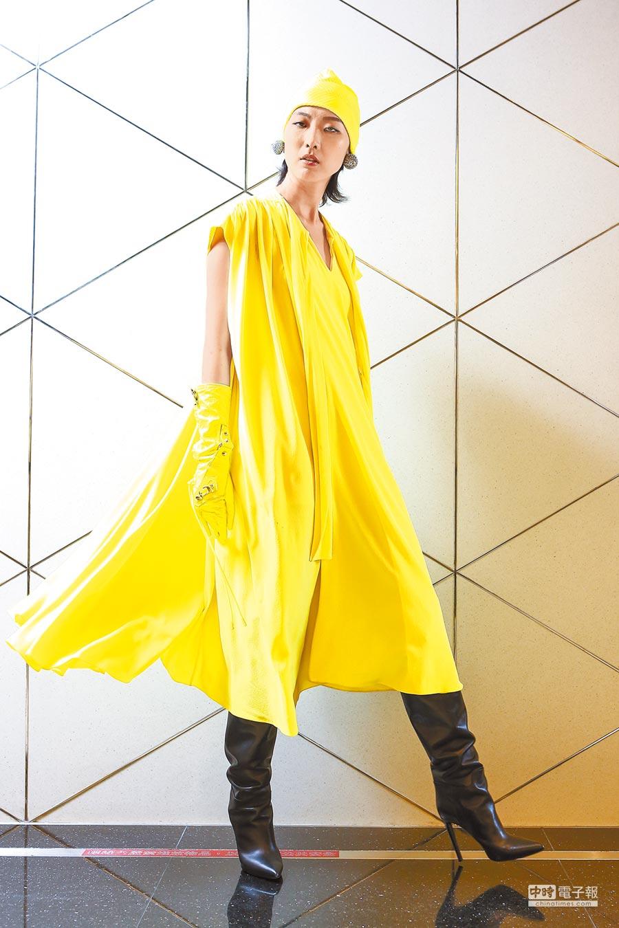 大量的螢光色系,讓BALENCIAGA在務實中充滿未來感,亮黃傘狀洋裝7萬7300元、黃色針織帽7100元、長靴5萬7900元。(鄧博仁攝)