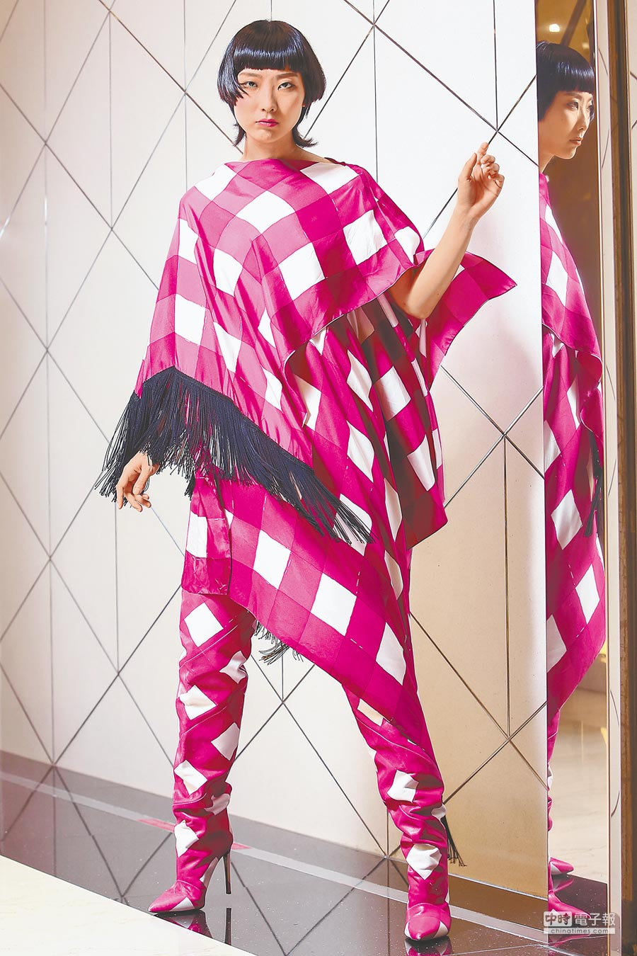 BALENCIAGA早秋系列藉方巾披掛來營造服飾變化,粉色格紋洋裝7萬7300元、粉色格紋長靴5萬7900元。(鄧博仁攝)
