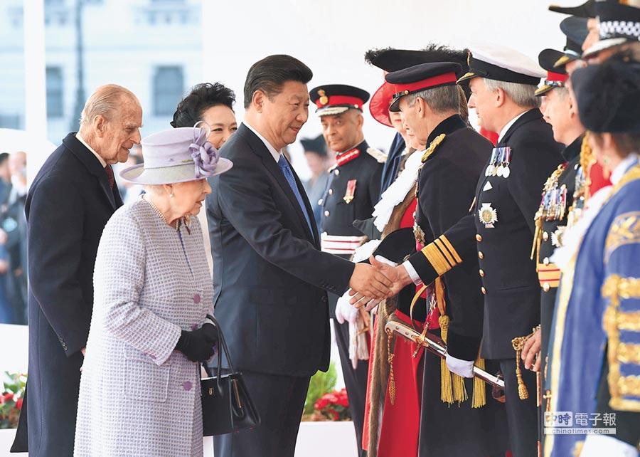 2015年10月20日,大陸國家主席習近平(左4)訪英,出席英國女王伊麗莎白二世(左2)在倫敦騎兵檢閱場舉行的隆重歡迎儀式。(新華社)