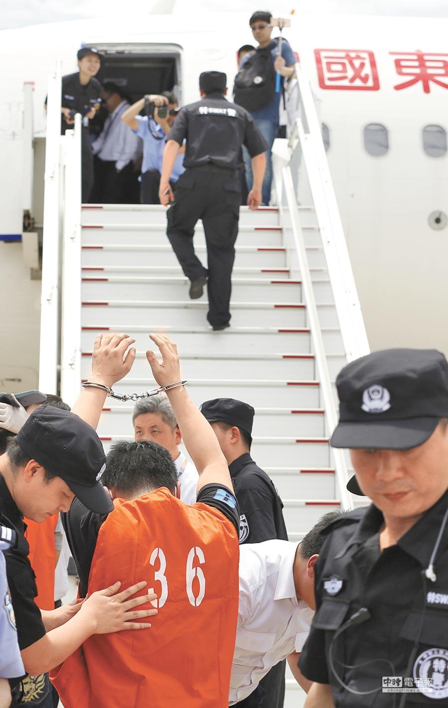 嫌犯在登機前接受檢查。(新華社)