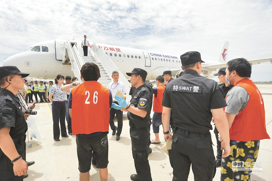 6月24日,39名兩岸電信詐騙嫌犯自柬埔寨遣至大陸。(新華社)
