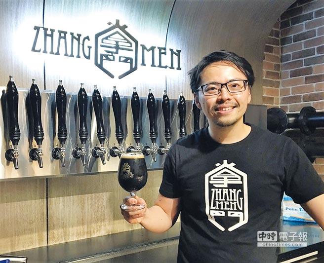 掌門精釀啤酒行銷經理侯俊宇在台北永康店現場展示2016年澳洲國際啤酒獎(AIBA)的得獎酒款。圖/黃志偉