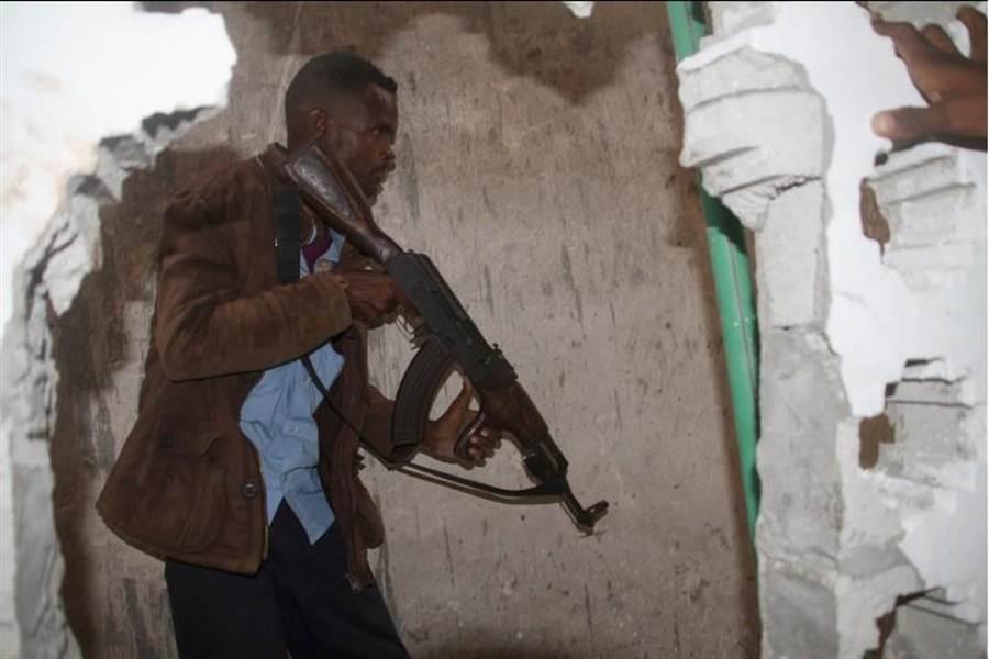 索馬利亞首都摩加迪沙市中心Nasahablood飯店6月25日發生自殺攻擊,一名士兵在案發時執行任務。(圖/美聯社)
