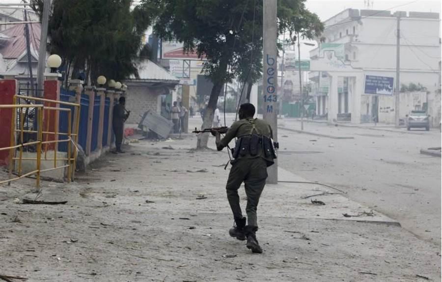 索馬利亞首都摩加迪沙市中心Nasahablood飯店6月25日發生自殺攻擊,士兵在案發時巡邏現場。(圖/美聯社)