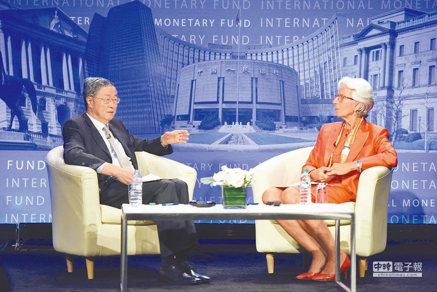 6月24日,在美國華盛頓的國際貨幣基金組織(IMF)總部,中國人民銀行行長周小川(左)在演講後與IMF總裁拉加德對話英國脫歐議題。(新華社)