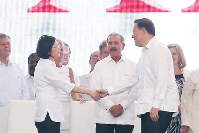 巴拿馬運河拓寬工程竣工啟用儀式26日(當地時間)在巴拿馬可可利水閘舉行,總統蔡英文(前左)率團出席竣工典禮,巴拿馬總統瓦雷拉(Juan Carlos Varela)(前右)特別走到蔡總統的位置與她握手致意。中央社記者吳翊寧巴拿馬攝  105年6月27日