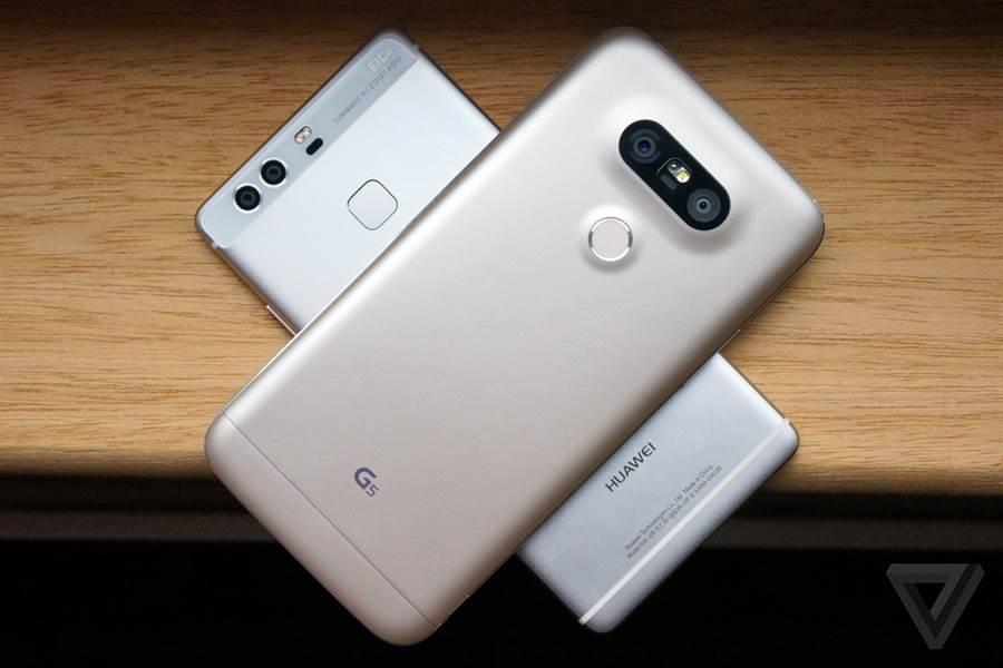 華為P9(下方)與LG G5都已經搭載雙鏡頭解決方案。(圖/翻攝The Verge)