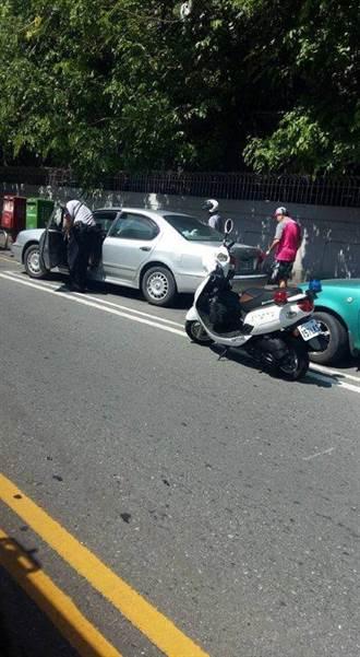 車輛遭路擋卡住動彈不得 熱心警助脫困