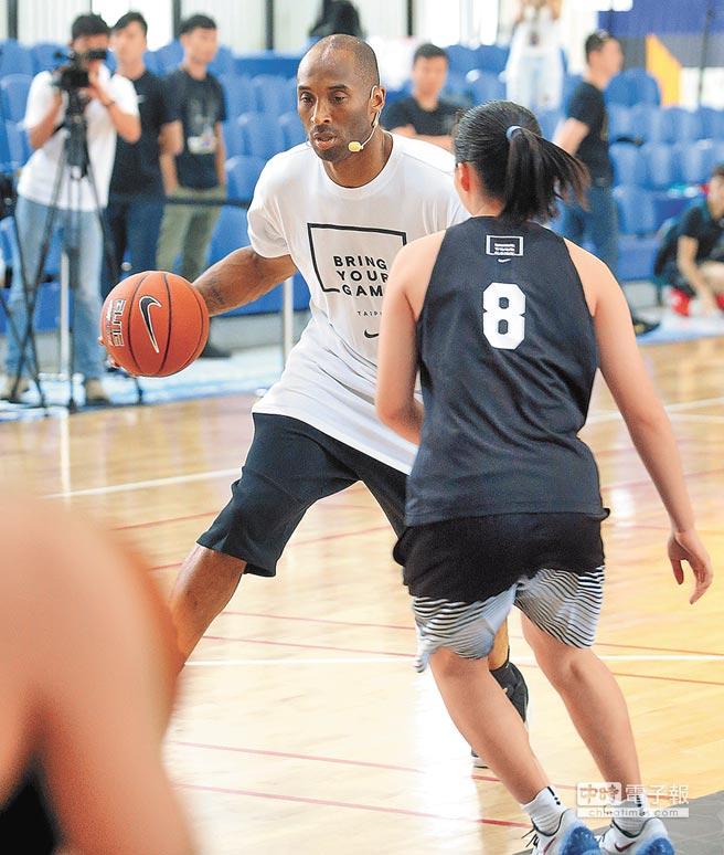 第五度造訪台灣的科比布萊恩,27日出席女子籃球訓練營活動,親自示範過人及進攻的基本步伐。(王英豪攝)