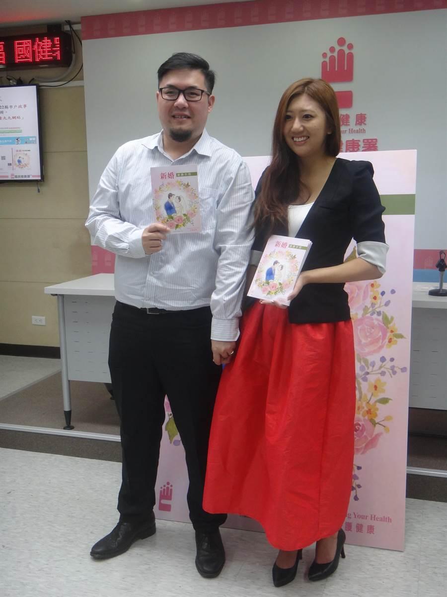 新婚的王小姐說,拿到新婚手冊後,才知道當媽媽前要注意那麼多事項,很慶幸能即時獲得這些資訊。(倪浩倫攝)